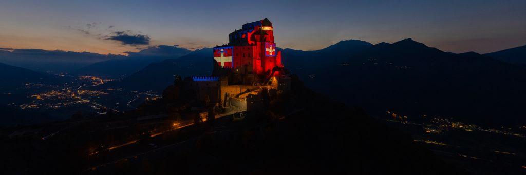 Sacra di San Michele illuminata bandiera Piemonte - Foto Claudio Allais